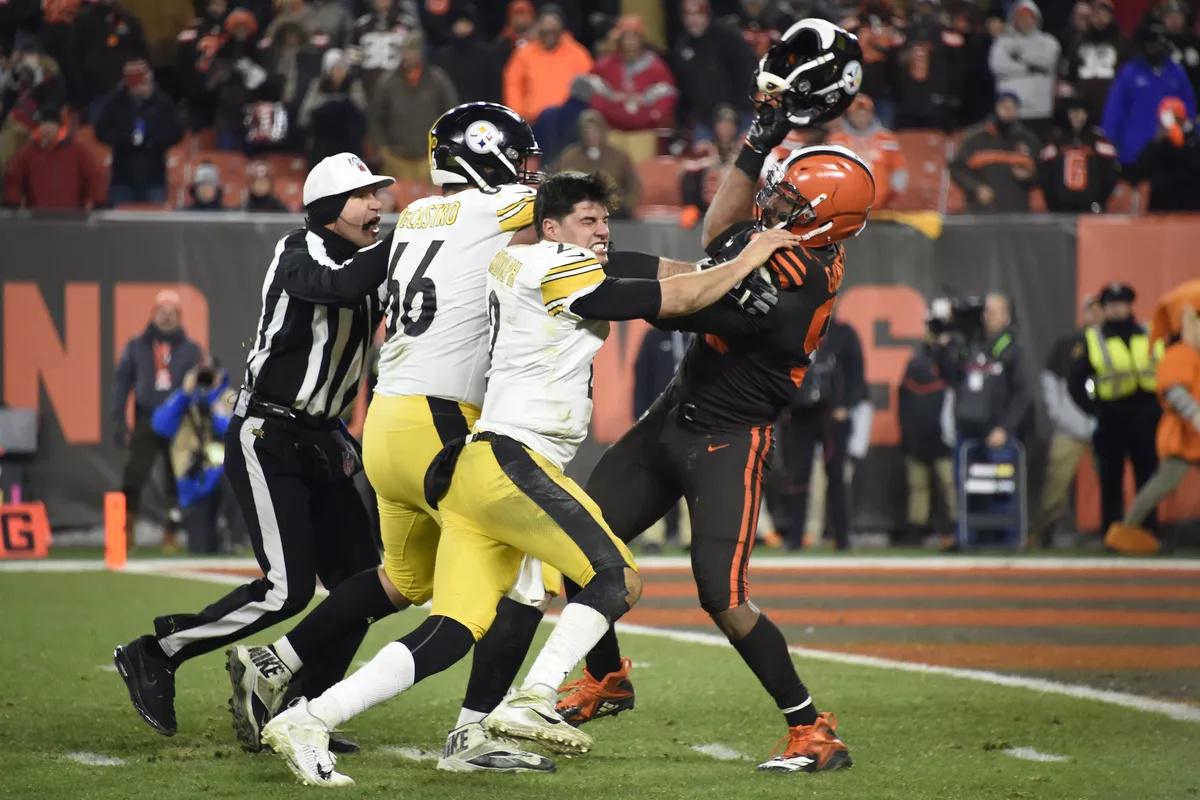 Myles Garrett, de los Browns, agredió a Mason Rudolph, de los Steelers.